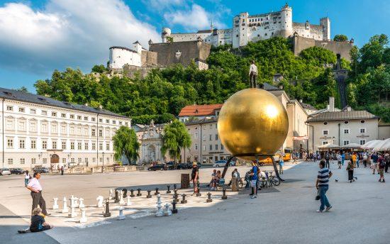 Salzburger Altstadt: Kapitelplatz mit Festungsblick